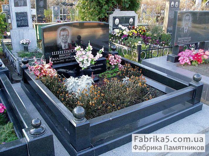 Гранитный цоколь на могилу №81-015, цоколя на кладбище, оградки на могилу, Фабрика Памятников