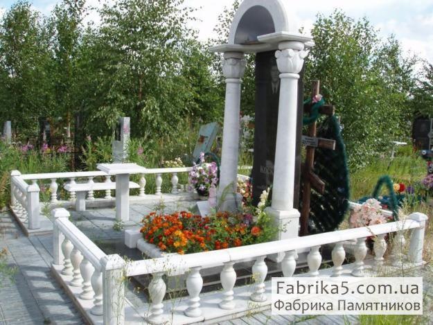 Ограда из мрамора №82-019, цоколя на кладбище, оградки на могилу, Фабрика Памятников