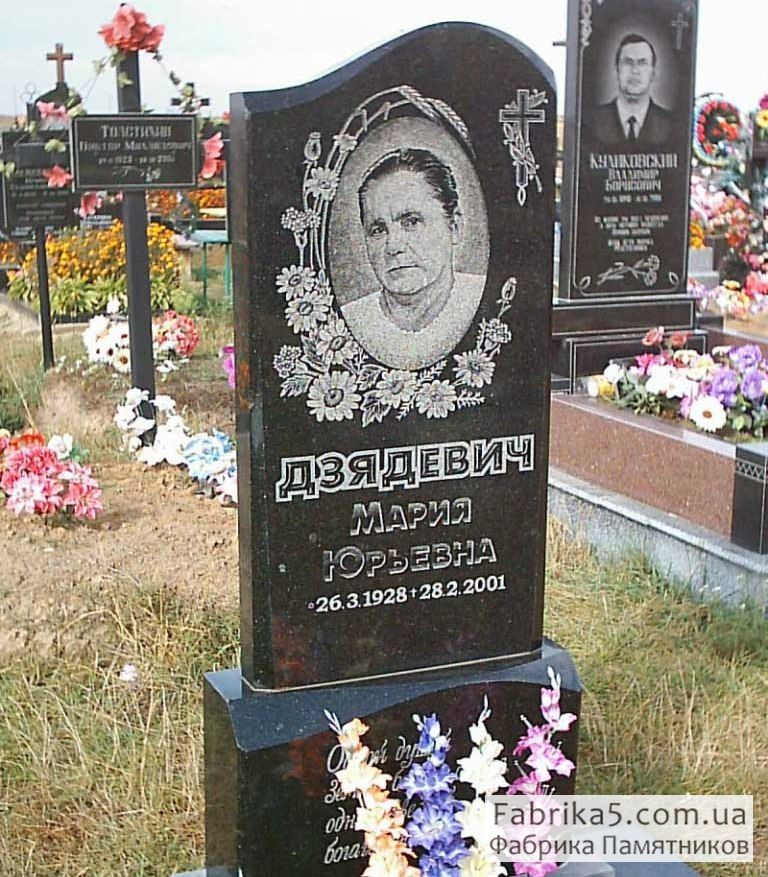 Памятник №11-017, памятник с цветами, венок, ромашки