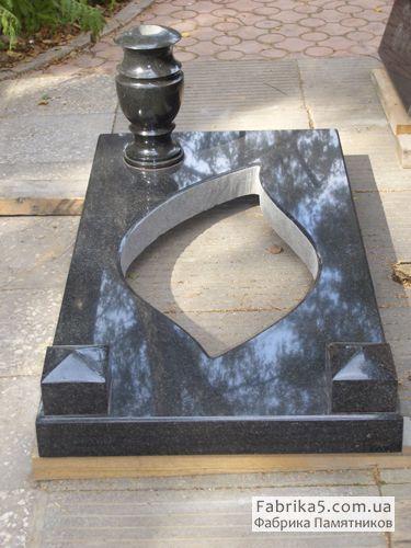 Стандартная прямая надгробная плита №85-003 из черного гранита с фигурным вирезом под клубу по средие, с вазой и декоративными кубиками