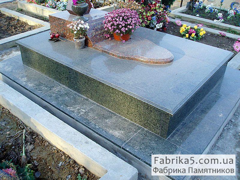 Небольшая фигурная надгробная плита №85-004 из капустинского гранита красного цвета