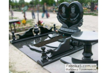 Двойной памятник в виде сердца с цветами №24-019-1, Двойные памятники